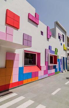 Die Tetrisception in Neu Delhi von Renesa Architecture , Kindergarten Architecture, Kindergarten Design, Kindergarten Lesson Plans, Architecture Design, Garden Architecture, School Architecture, India Architecture, Home Interior Design, Exterior Design