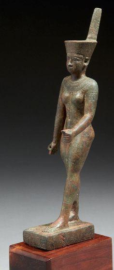STATUETTE VOTIVE REPRÉSENTANT LA DÉESSE NEITH, DÉDIÉE PAR PEFTJAOUÂKHONSOU. Bronze. Égypte, probablement Saïs, Basse Époque, XXVIe dynastie.