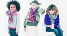 Les écharpes fantaisie enfants Tricoter une écharpe rigolotepour les enfants, c'est facile ! Avec ce fil fantaisie fait d'un ruban décoré de petits pompons duveteux, le point mousse accessible aux débutantes a tous les atouts d'un vrai point fantaisie. Et dans la foulée, on pique l'idée pour soi en se tricotant une version plus longue dans plein de couleurs.