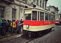 """""""Du-mă acasă, măi, tramvai!"""" RATB celebrează 120 de ani de tramvai electric prin aducerea la Piața Sf. Gheorghe a unui tramvai-muzeu. Este vorba de un model Thomson, care a circulat între anii '30 şi anii '70. Source: Bucuresti Realist. Toate drepturile rezervate."""