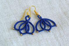 Schillernde blaue tatted Spitze Ohrringe kleine Lotus Blume Ohrringe made in Italy perfekt für Yoga-Liebhaber Ich Handtatted diese leichte baumeln Ohrringe mit hoher Qualität DMC in schillernde blau und mattem gold Glasperlen Baumwolle Die filigrane Spitze macht diese Faser Ohrringe sehr leicht und sehr bequem zu tragen. Spitze messen 0,9 x 0,9 Schmuckverschlüsse nickelfrei Muster von ilfilochiaro Jedes Paar Ohrringe ist Geschenk verpackt, fertig zu werden. Bitte beachten Sie, dass Fa...