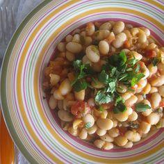 Φασόλια λευκά με ντομάτα, φρέσκο κρεμμυδάκι και μαϊντανό Black Eyed Peas, Greek Recipes, Chana Masala, The One, Main Dishes, Beans, Vegetables, Ethnic Recipes, Food