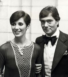 Hair Stylist Vidal Sassoon and wife Beverly Sassoon attending 'Beauty Hall of Fame Awards' on December 14 1975 at the Pierre Hotel in New York City. Short Wedge Hairstyles, Pierre Hotel, Famous Duos, Best Hair Stylist, Mia Farrow, Famous Couples, Ex Wives, Get The Look, Bellisima
