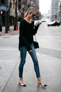 Blonde Woman Wearing rag and bone Black Sweater Denim Skinny Jeans Chanel Slinbacks Fashion Jackson Looks Com Jeans Skinny, Denim Skinny Jeans, Skinny Jean Outfits, Levis Skinny, Outfit Jeans, Black Sweater Outfit, Comfy Outfit, Black Blouse, Mode Outfits