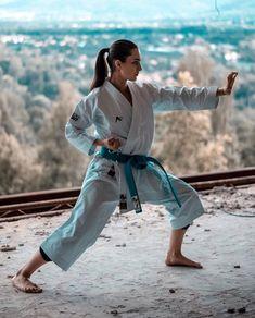Judo Karate, Karate Girl, Taekwondo Girl, Shotokan Karate, Female Martial Artists, Martial Arts Women, Mixed Martial Arts Training, Ufc Fighters, Senior Picture Outfits