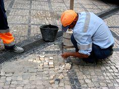 https://flic.kr/p/7xBbXe | Poseur de pavé 1 | Cantonnier au travail. Localisé à Coïmbra, Portugal