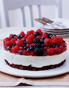 Frischkäse-Torte mit gemischten Beeren - Torten: prachtvoll & lecker - [LIVING AT HOME]