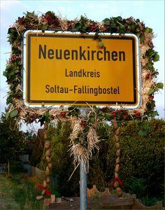 Herbstlicher Willkommensgruß in Neuenkirchen, Landkreis Soltau-Fallingbostel, Niedersachsen. Ortseingangsschild in der