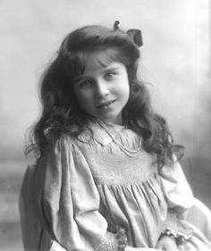 What a gorgeous photo of Queen Elizabeth the Queen Mum when she was young.