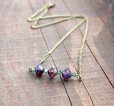 Collier bohème chic en perles de verre tchèque de teinte mauve sur chaîne bronze.