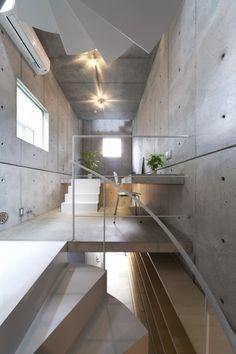 很喜歡這個把樓梯整合進樓層地板的手法