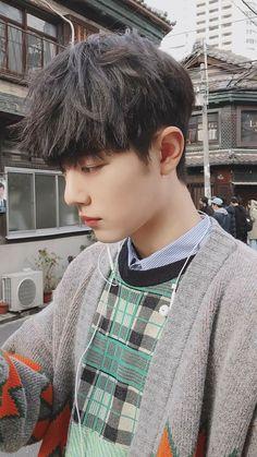 Lan Zhan and Wei Ying became cultivator partners in their past life. Wei Ying was the famous Yiling Patriarch while Lan Zhan was the famous Jade twin of Zewu J. Cute Asian Guys, Cute Korean Boys, Asian Boys, Asian Men, Cute Boys, Korean Boys Ulzzang, Ulzzang Girl, Korean Boy Hairstyle, Ulzzang Hairstyle