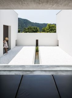 Courtyard House in Shiga, Japan by Kouichi Kimura. The studio of Japanese architect Kouichi Kimura designed this secluded family residence located at the edge of a low-rise suburban enclave in Japan's Shiga prefecture Architecture Courtyard, Courtyard Design, Courtyard House, Space Architecture, Amazing Architecture, Contemporary Architecture, Minimal Architecture, Patio Interior, House Viewing