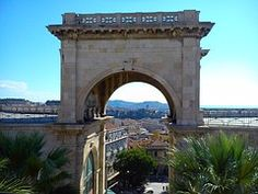 Cagliari, Arco, Edificación