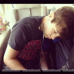 Austin Mahone looks sexy even when he is sleeping