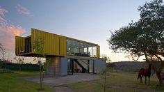 Você moraria num conteiner? Antes de responder, dá uma olhada nesta bela e confortável casa container para você se inspirar. #OlhardeMahel
