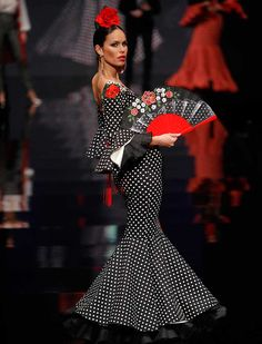 En «Desde mis entrañas», Pilar Rubio se inspira esta temporada en el flamenco de antaño, el mundo taurino y la fuerza de la sangre española (Foto: Raúl Doblado) Dot Dress, Dress Skirt, Flamenco Costume, Flamenco Dresses, Spain Fashion, Gypsy Dresses, Folk Fashion, Fashion Updates, Traditional Dresses