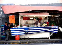 All sizes | Chilangos en puesto de comida (México DF) 2007, via Flickr.
