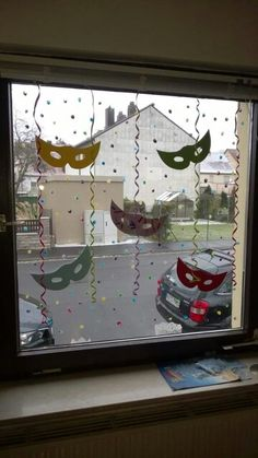 Einzigartige und Kreative Dekofenster You are in the right place about kids halloween c Kids Crafts, Clown Crafts, Carnival Crafts, Paper Plate Crafts For Kids, Diy And Crafts, Christmas Window Decorations, Mardi Gras Decorations, Theme Carnaval, Diy Y Manualidades