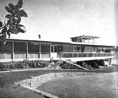 Fachada principal de una casa en Pedregal, Jardines del Pedregal, México DF 1956  Arq. Carlos Reyes Navarro