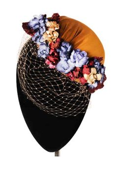 Casquete de seda ocre con velo y flores silvestres, de Mimoki.