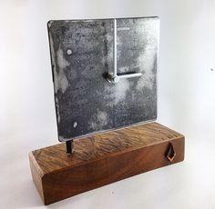 """Reloj de escritorio 18x18cm Hecho con madera canelo con metal. Unique desk clock. 7""""x7"""" made with metal and canelo wood @yawri.3r"""