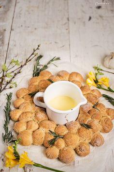 Homemade bread ring with cheese fondue, rosemary bread; cheese dip with bread;  Rosmarinbrot, Brotring, Dinkelbrot, Rosmarienbrot zum Dippen; Käsefondue, Brot mit Dip