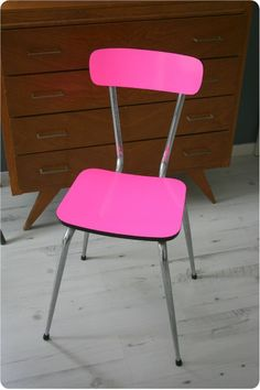 Spruce up an old chair with a bright color DIY. Site is in french. @lenoxusa #iheartlenox
