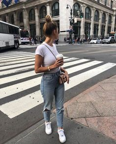Look printemps femme : jean troué, tshirt blanc et baskets blanche Spring look woman: holey jeans, white tshirt and white sneakers Basic Outfits, Mode Outfits, Trendy Outfits, Fashion Outfits, Womens Fashion, Fashion Tips, Ladies Fashion, Fashion Ideas, Jeans Fashion