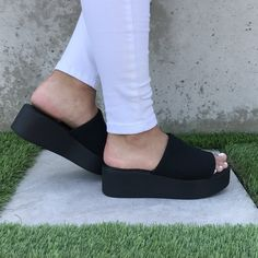 Black Sandals Outfit, Sandals Outfit Summer, Shoes Sandals, 90s Shoes, Sock Shoes, Black Platform Sandals, Platform Sneakers Outfit, 90s Platform Shoes, Platform Mules
