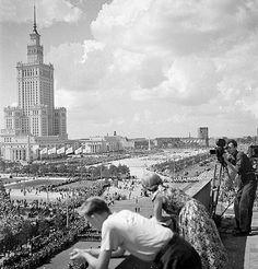 Wszystkie peerelowskie święta mają być słoneczne i radosne. W 1955 r. miasto z wdzięcznością żegna budowniczych Pałacu Kultury i wita gości Festiwalu Młodzieży i Studentów.  Zbyszko Siemaszko / Narodowe Archiwum Cyfrowe Warsaw Guide, Warsaw Pact, Warsaw Poland, Central And Eastern Europe, Old Photography, Homeland, Historical Photos, Old Photos, Illusions