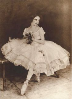 Famous Russian ballerina Anna Pavlova as the title character in the ballet Giselle. Anna Pavlova, Tutu Ballet, Ballerina Dancing, Ballet Dancers, Bolshoi Ballet, Vintage Ballet, Vintage Circus, Bailarina Vintage, Ballet Russo