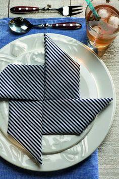 Tecido geométrico no cata-vento.  Guardanapos Zyancanne (listrado) e D. Filipa (azul jeans), pratos  Stiledoc, copo D. Filipa