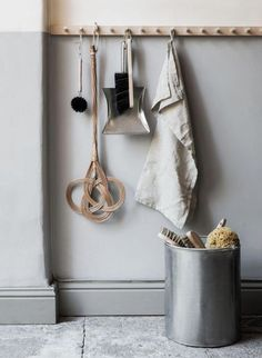 Flur It is not only practical, but also really decorative: the good old hook or Wardrobe rail. Decoration Hall, Wardrobe Rail, Old Chairs, Cafe Chairs, High Chairs, Dining Chairs, Long Hallway, Wooden Pegs, Mudroom