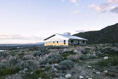 Doug Aitken a installé dans une vallée désertique de Californie une maison typique des banlieues américaines entièrement recouverte de miroirs pour créer un effet de mirage kaléidoscopique.