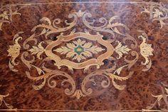 Наполеон III период работы стол из черного дерева и инкрустацией с латунным украшением. Птичий глаз клен интерьер, состоящий из трех отсеков и зеркало.  Восстановлены и в очень хорошем состоянии, несмотря на несколько небольших вмятин на задней верхней.  Longueur : 54 Largeur : 35,5 Вальяжностью : 72