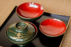 ヴィンテージ漆器|無くなりつつある古民家などで長年使われた器を丁寧に収集し、磨きなどをかけて艶をあげて美しく生き返えらせたもの。緑色など今はほとんど使われていない漆の色を使った貴重な漆器もある。<取扱|the old house>