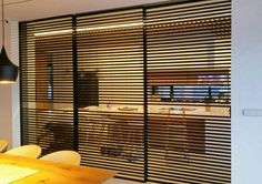 Perfileria de aluminio para puertas de grandes dimensiones. Corredera paralela. Blinds, Gym, Curtains, Home Decor, Arquitetura, Doors, Guys, Decoration Home, Room Decor