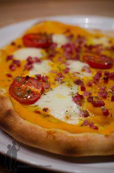 """Qui dit """"nouveau samedi"""", dit """"nouvelle pizza""""...Aujourd'hui, je vous propose : une pizza au chèvre, au miel et aux noix.   Alors, à vos f..."""