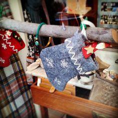 Cientos de regalos te esperan para obsequiar a los tuyos #regal #gifts #presents #cadeaux #regali #geschenke #presentes #opariak #mag_regalo #hediyeler #gaver #donacoj #hadiah Christmas Stockings, Holiday Decor, Home Decor, Gifts, Presents, Needlepoint Christmas Stockings, Decoration Home, Room Decor, Interior Design