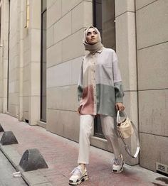 Hijab is beautiful with these styles, you can easily copy the whole style from the pictures below or you'll be inspired by the picture Hijab Casual, Hijab Chic, Casual Outfits, Modern Hijab Fashion, Street Hijab Fashion, Hijab Fashion Inspiration, Muslim Fashion, Modest Fashion, Women's Fashion Dresses