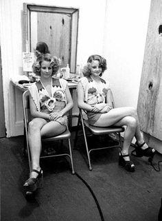 La actriz Judie Foster posa al lado de su hermana, Connie Foster, quien trabajó como doble en Taxi Driver (1976)