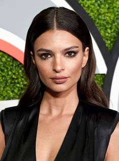 The newlyweds made it official in a civil ceremony at City Hall in Manhattan. You'll never guess how she revealed the news…or maybe you will… Grad Hairstyles, Wedding Hairstyles, Surprise Wedding, Wedding Make Up, Emily Ratajkowski, Cute Makeup Looks, Victoria's Secret, Bridesmaid Hair Updo, Wedding Beauty