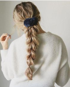 Scrunchie 😍 Kayley Melissa - Books and Peonies - Scrunchie 😍 Kayley Melissa Scrunchie 😍 Kayley Melissa Winter Hairstyles, Pretty Hairstyles, Scrunchy Hairstyles, Braided Hairstyles, Heatless Hairstyles, Teenage Hairstyles, 90s Hairstyles, Casual Hairstyles, Braided Ponytail
