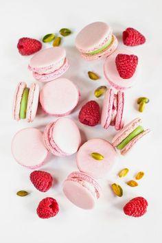 Francouzské makronky, to je vysoká cukrářská – na povrchu křupavé mandlové pusinky s vláčným měkkým vnitřkem jsou dokonalým vyjádřením lásky a péče, kterou jejich přípravě věnujete. Oslaďte si s nimi život! Nectar And Stone, Baked Goods, Panna Cotta, Nom Nom, Raspberry, Cake Decorating, Cheesecake, Food And Drink, Sweets