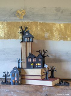 Make your own super spooky paper haunted village with these patterns and tutorial from handcrafted lifestyle expert Lia Griffith and team. Diy Halloween Treats, Halloween Countdown, Easy Halloween Crafts, Halloween Pumpkins, Halloween Decorations, Paper Halloween, Halloween Party, Halloween Village, Holidays Halloween