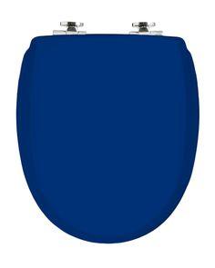 Exclusives Design aus Schweden von Kandre: Der dunkelblaue WC-Sitz KAN 3001 mit Absenkautomatik hat eine klassische Form und einen Holzkern, ein schützender Überzug mit Fiberglaspolyester macht ihn stark und stabil.Gesehen für € 109,- bei kloundco.de.