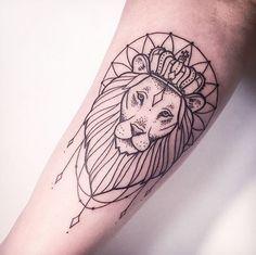 Татуировка льва с короной на предплечье