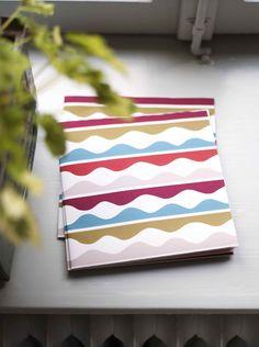 Gudrun Sjödéns Winterkollektion 2014 - Die Papierservietten Bölja sind eine hübsche Zierde für jeden gedeckten Tisch. Außerdem lassen sie sich durch die weichen Wellen und das schöne Farbarrangement gut kombinieren.