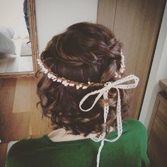 «Coiffure de mariée sur cheveux courts #hairstyle #hairupdo #flowers #curls #bridetobe #wedding»